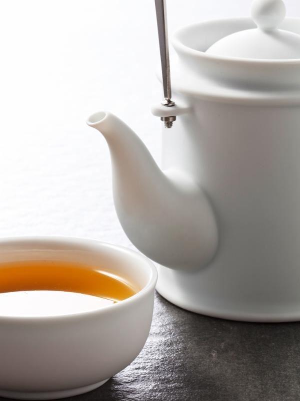 【白玉】白晰如玉的材質變化,與不鏽鋼把手的冷冽質感材質剛直與溫潤相呼應,展現東方茶文化與新世紀的交疊,烹出獨特人文茶韻。圖片提供_玩美文創