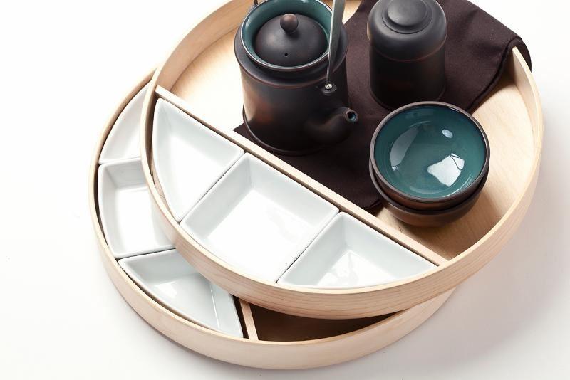 【品功夫茶具組】簡化傳統的茶具用品,茶盤與點心盤的功能,透過蒸籠的轉化造型結合,而盤內分隔的發想來自台式便當盒的隔層設計,運用此概念,使點心盤可做不同的排列組合,蒸籠堆疊的使用在收納方面,即能減少體積。圖片提供_玩美文創