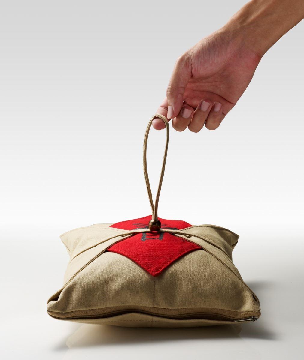 【春茶午安枕】設計取茶葉的傳統牛皮紙包裝,以帆布材質再現百年包裝,以茶梗代茶葉,轉化成生活家飾,產生富含歷史文化的生活趣味。圖片提供_玩美文創