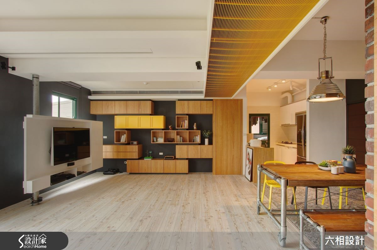 開放式的生活場域創造更舒適的居家氛圍,連空調出風設計的色調都採取與木材質同調的明亮黃色,讓整體感更活潑。