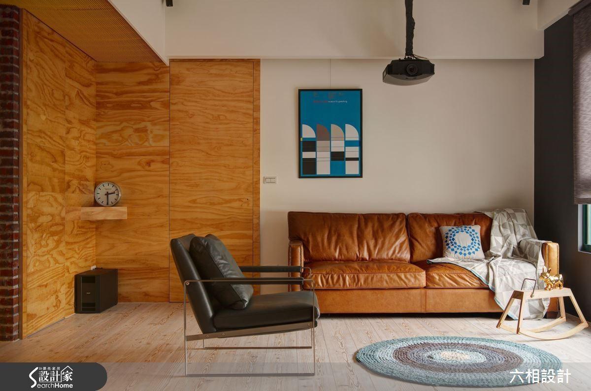 微帶粗獷氣質的皮革沙發十分適合與木材元素搭配,而沙發背牆再掛上一幅藍色的畫作,藉由色彩對比造成畫龍點睛的效果。