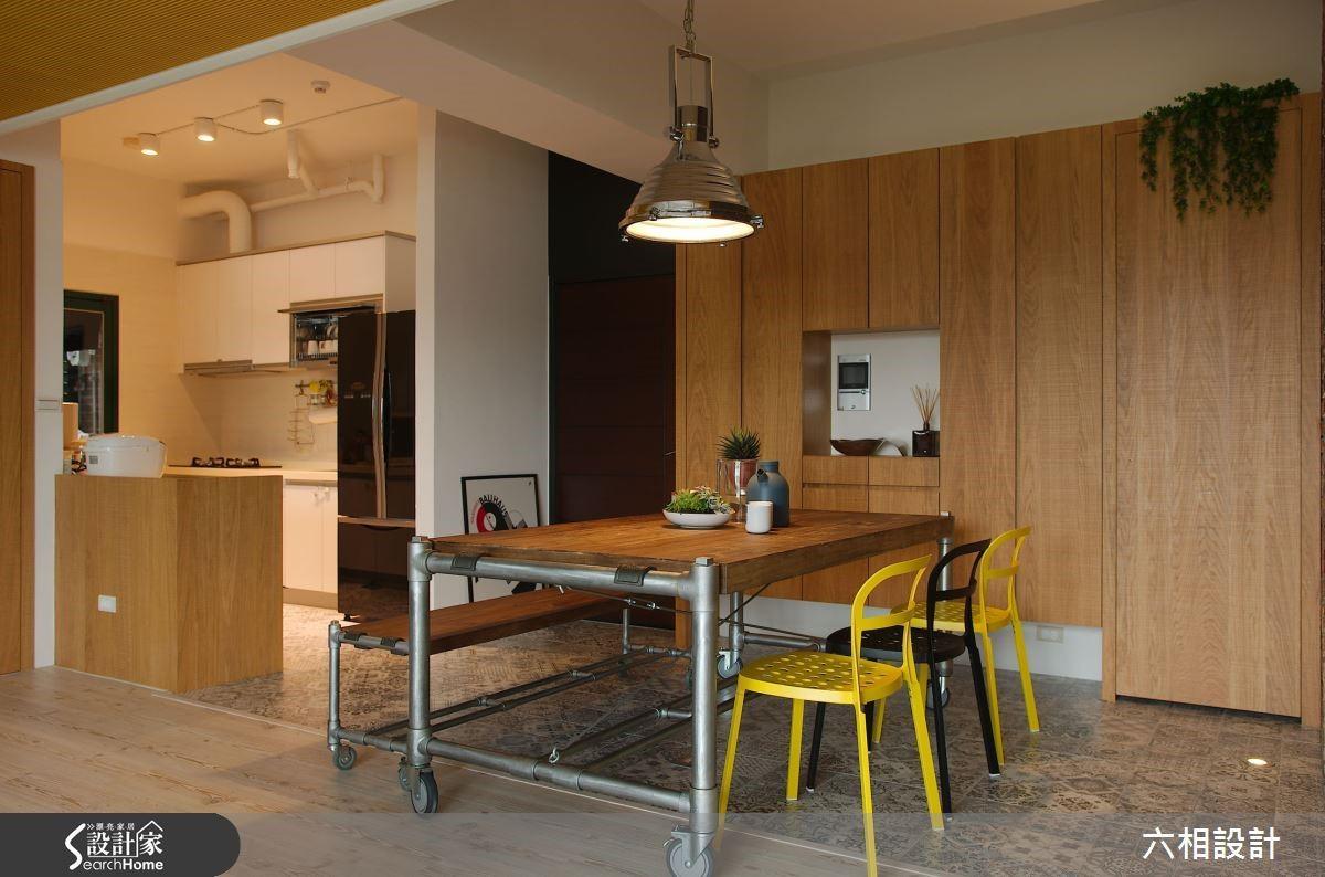 餐廳與廚房之間採用半開放式的設計,在廚房料理忙碌時,也能與在餐桌上用餐的家人歡笑談天,情感更增溫。
