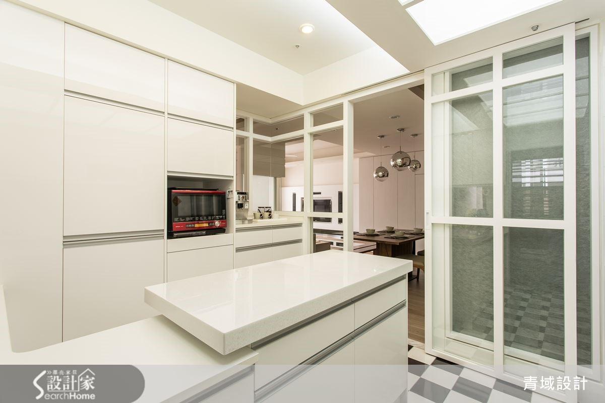 廚房與餐廳僅一門之隔,創造出視覺上輕透感。
