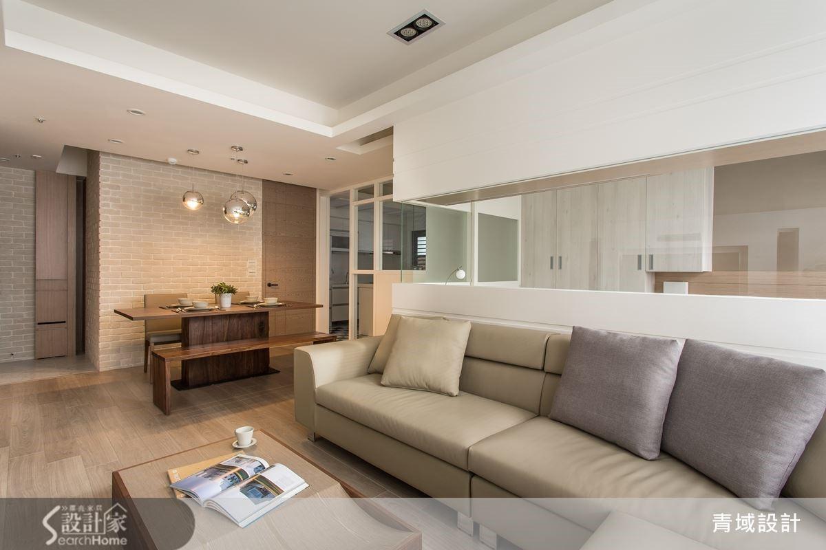 陽光灑入的客廳與餐廳,讓公領域的休閒氛圍大加分。