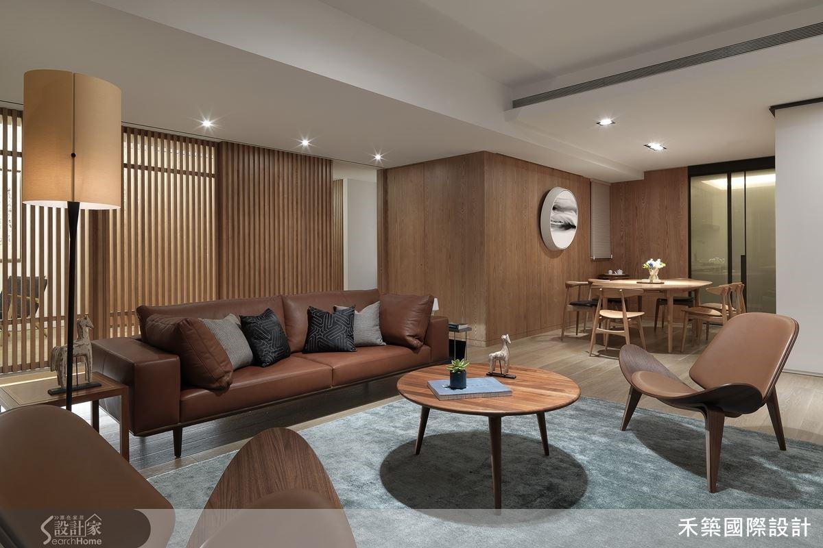 禾築設計以細緻的手法解決了老屋本身的低矮橫樑,木皮格柵設計讓公共空間有一道完整的主視覺,完整道出屋主的高品味與質感。