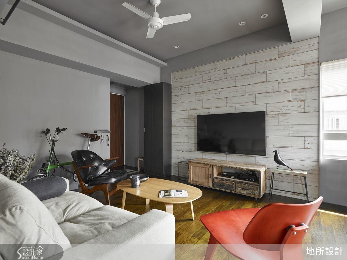 以灰階為主的簡約空間感,成為映襯家具的最佳背景,混搭現代及復古家具單品,紅色單椅具有畫龍點睛的效果,點出空間的活力氣息。