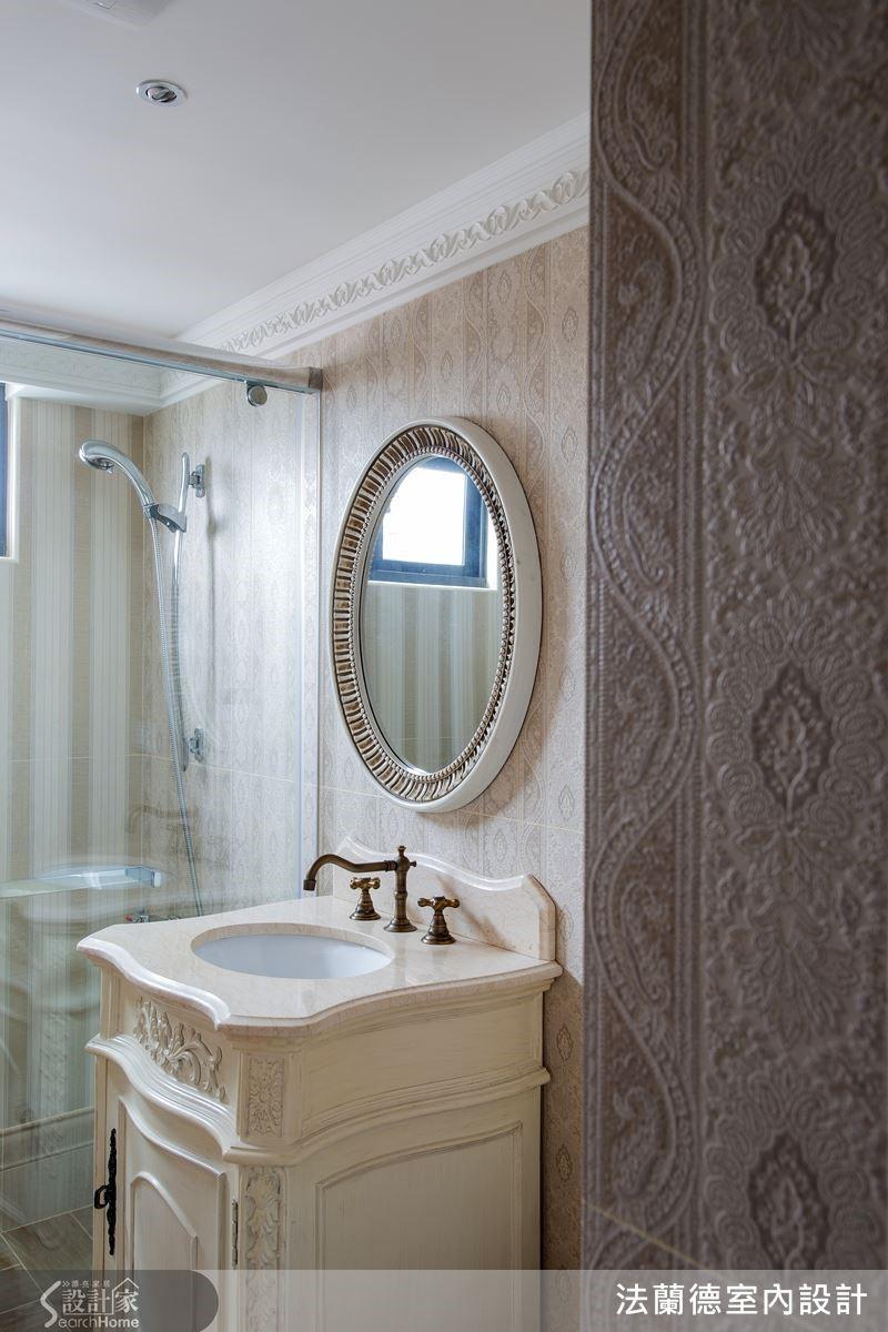 客用衛浴呼應公共空間的古典風格,選用具有特殊雕紋的仿壁紙花紋磚鋪設,設計師對於空間質感的要求從細節之中顯露無疑。