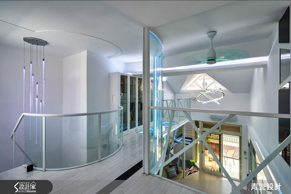 白與燈光、圓弧結構交織清透玻璃設計,成就錯落現代的未來感居所。