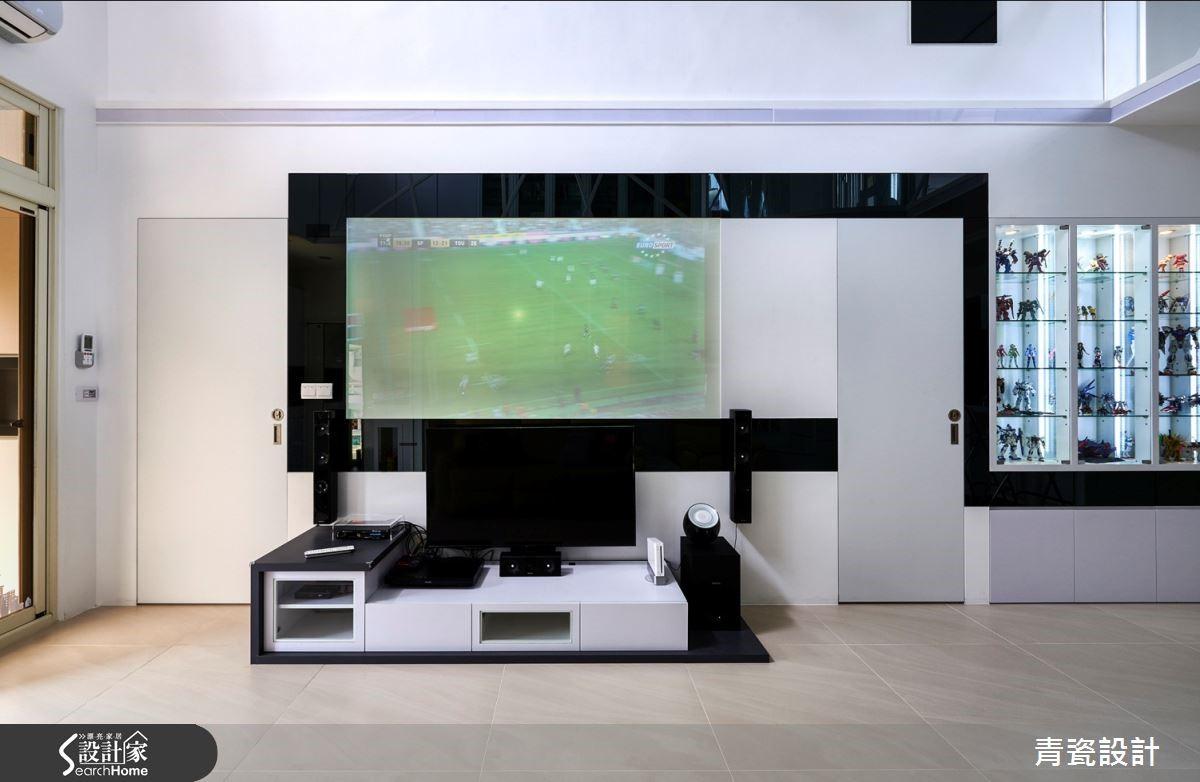 黑鏡為框的電視主牆,能上下移動的電視,可以滿足任何需要。