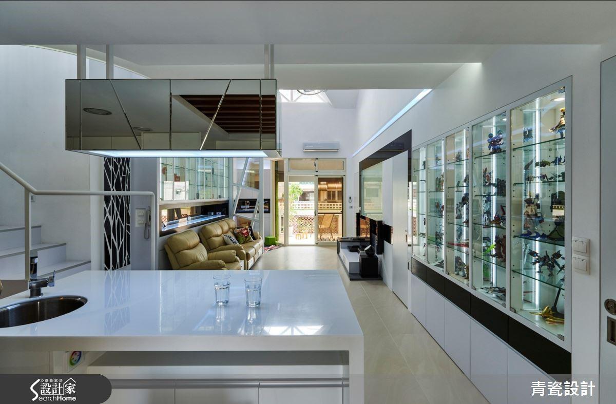 長條黑鏡串聯區域,導引上層展示櫥窗與下方白色收納櫃的視覺。