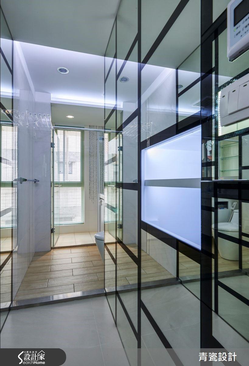 黑鏡等比縮小延伸至衛浴空間,精算尺寸切割,與方形明鏡相織,成就點、線、面的現代藝術收納體。