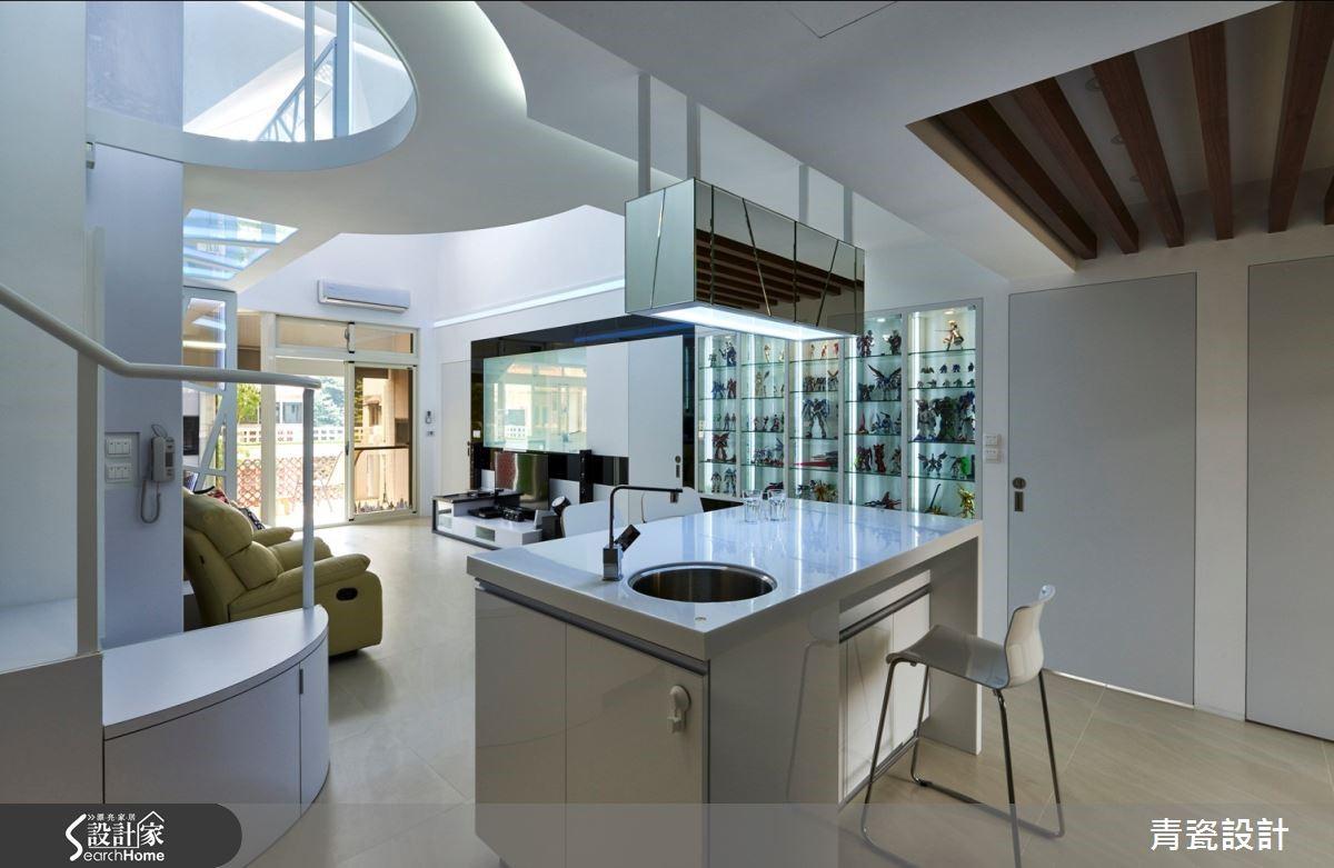 廚房以隱藏式 LED 燈環繞櫃體,呼應吧檯的鏡面櫃體吊燈,鏡射光線成就明亮時尚氛圍。角落天花木格柵劃分公、私領域。