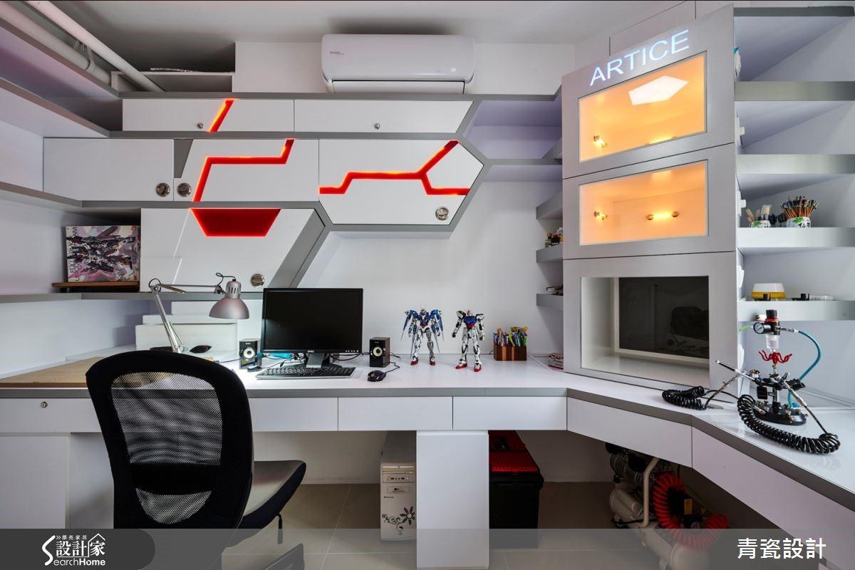 太空艙般的模型工作室以幾何切割,劃分組裝與專業噴漆區,收納層櫃以燈帶點引出,增添趣味性。