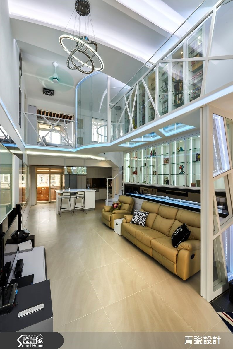 圓弧樓梯調和科技感比直線條,緊連弧形玻璃帷幕,建構精品天空走廊。