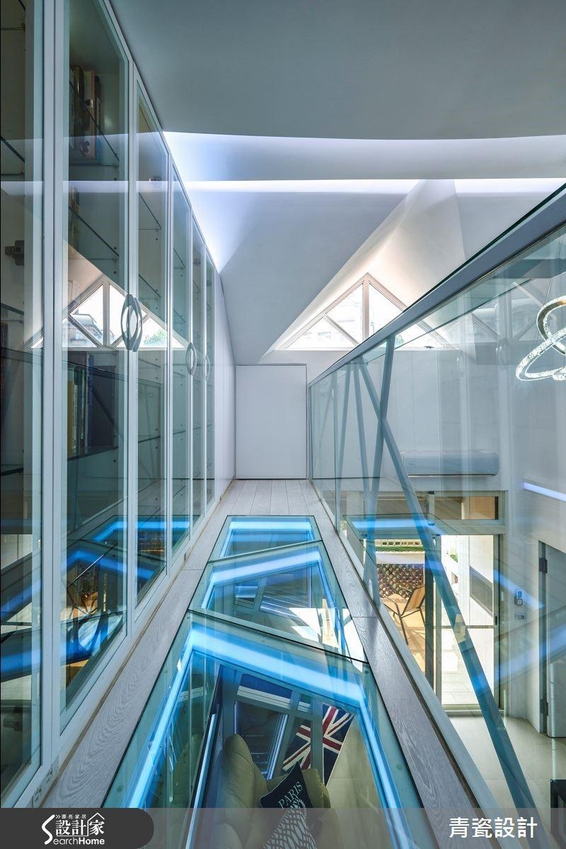 三面清玻璃與燈交織,放眼望去天花結構與四環水晶吊燈,恍如置身未來世界。