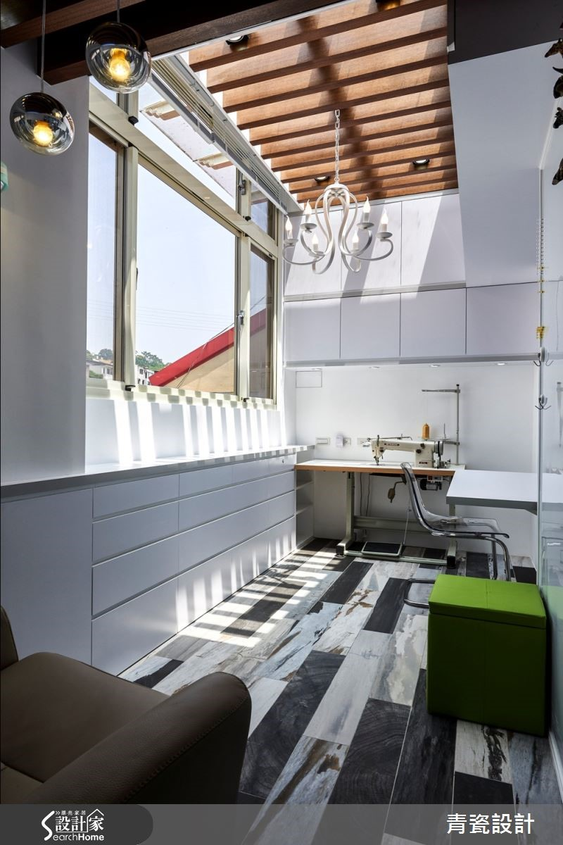 女主人工作室,天景享盡晝夜天空變化之美,天花布幔、格柵佐灰、黑跳色木紋磁磚,整面收納牆腰帶挖空,成就未來感居家的特殊溫潤場域。
