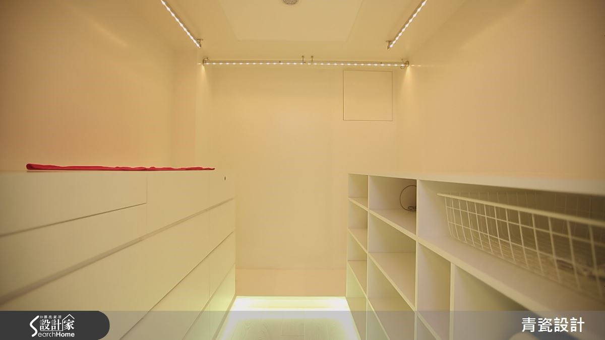 主臥以透光梯面產生懸浮錯視,菱形切割玻璃展現華麗氛圍,水晶燭燈剪影的灰玻,櫃體下方燈光圍繞,成就太空船艙感的更衣室。