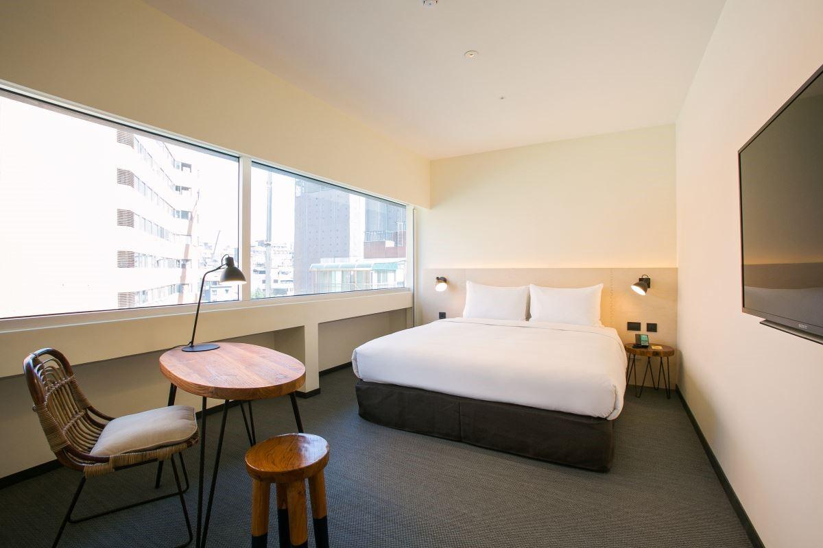 旅店位置又是坐落於台北市著名的林蔭大道,搭配上顏色沉穩的配色,營造輕熟齡的空間氛圍,很符合飯店所位在區域的年齡層。圖片提供_台北中山意舍酒店 | amba Taipei Zhongshan