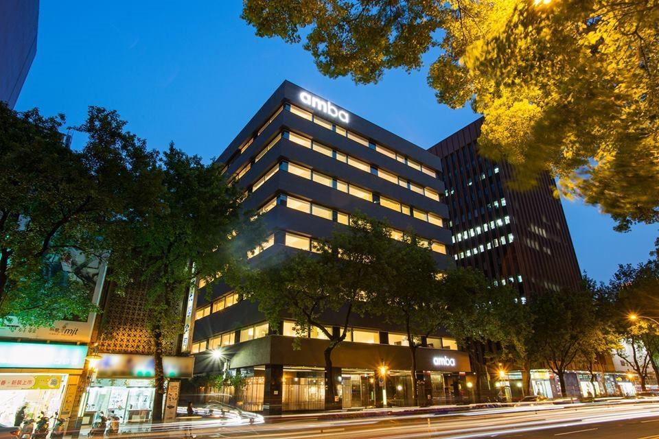 在整建舊辦公大樓時,特意保留大樓外觀的開窗方式,並換上low-e玻璃達到節能減碳的目的,並在入口門面的設計上,將原本老鋁窗框拆下,把鐵花窗懸掛於門口長廊的天花板,而利用鋁窗框切割,拼湊成獨一無二的牆面設計。圖片提供_台北中山意舍酒店 | amba Taipei Zhongshan