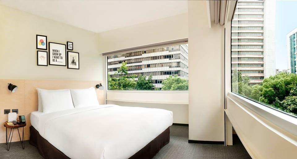 每一間臥房中,都會挑選不同的畫作組合,拼湊出藝文端景, corner room 利用原本辦公大樓留下的開窗方式,而特別規劃的角落房型,成L型,所以開窗面積也是一般房型的兩倍。圖片提供_台北中山意舍酒店 | amba Taipei Zhongshan