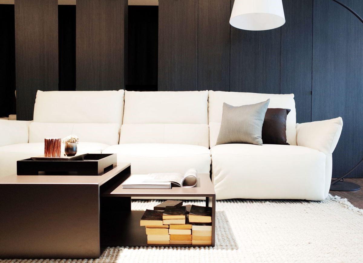 選購配套式經典傢具,可輕鬆營造義式休閒風格,白色休閒款沙發配上以鐵件為主的工業風茶几,運用得宜,就能展現衝突美。