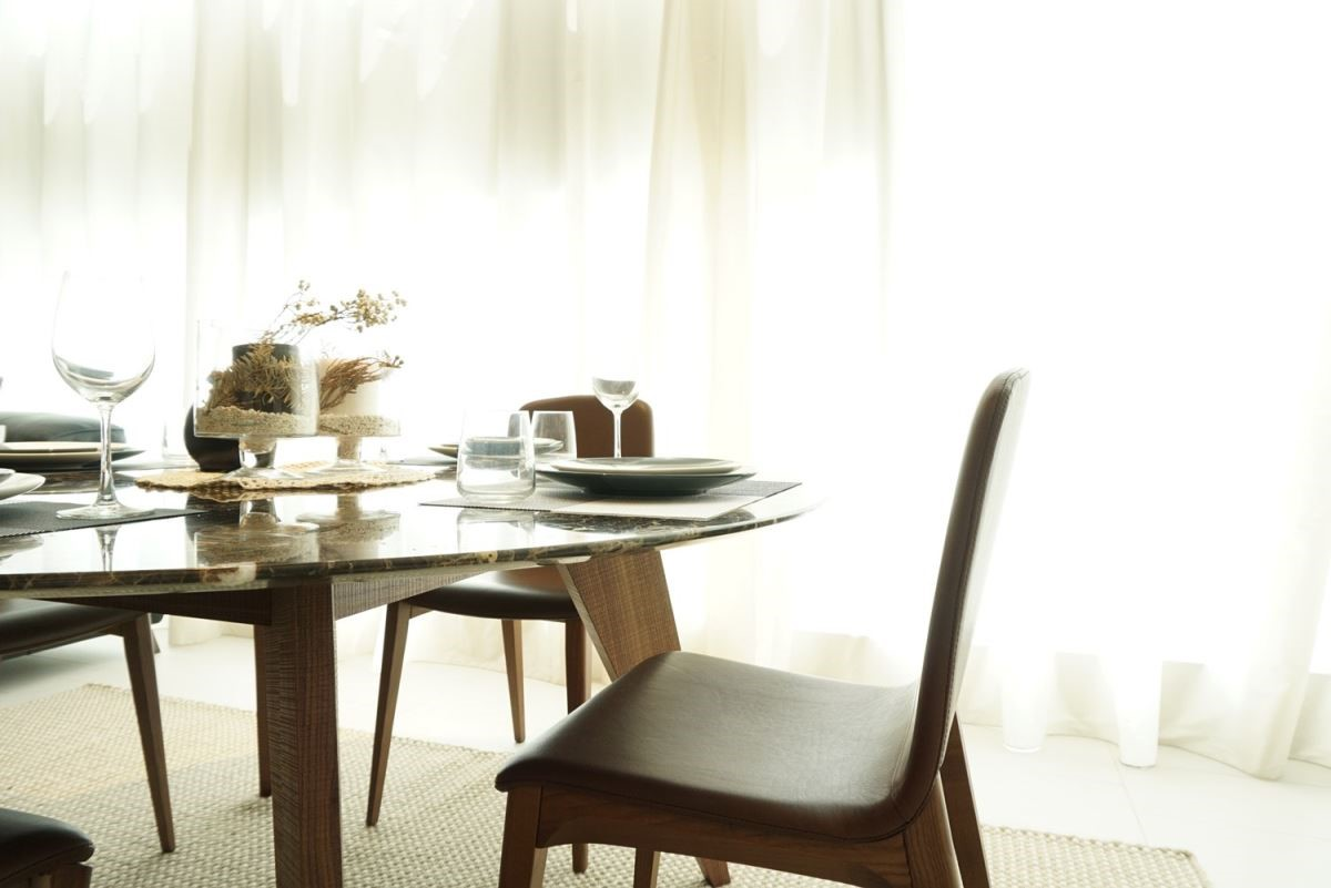 選購大理石餐桌,可搭配異材質結合的其他傢具,例如苯染皮餐椅與木質椅腳與餐桌的實木桌腳相呼應,充分展現貴氣而多層次的設計質感。