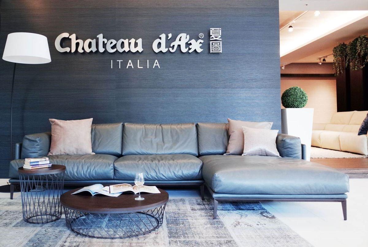 看似慵懶又貴氣的深色皮沙發,是喜愛簡約風格的百搭選擇。透過異材質鏤空造型茶几與之搭配,更能凸顯空間的穿透性,即便小坪數家庭也能擁有精品豪宅的住家質感。