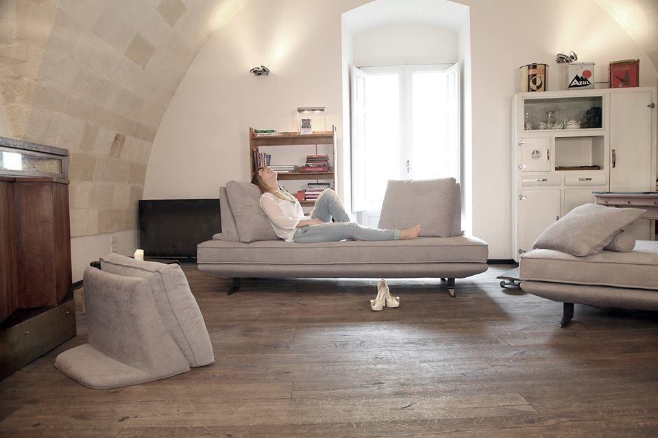2015 年 NicolettiHome 推出新款沙發 Mood2,在米蘭展大放異彩,現場接到許多設計師詢問。此款沙發打破傳統設計限制,背枕不僅可調整角度,更能直接拆卸成為席地而坐的靠墊,展現隨興又不失趣味的生活態度。