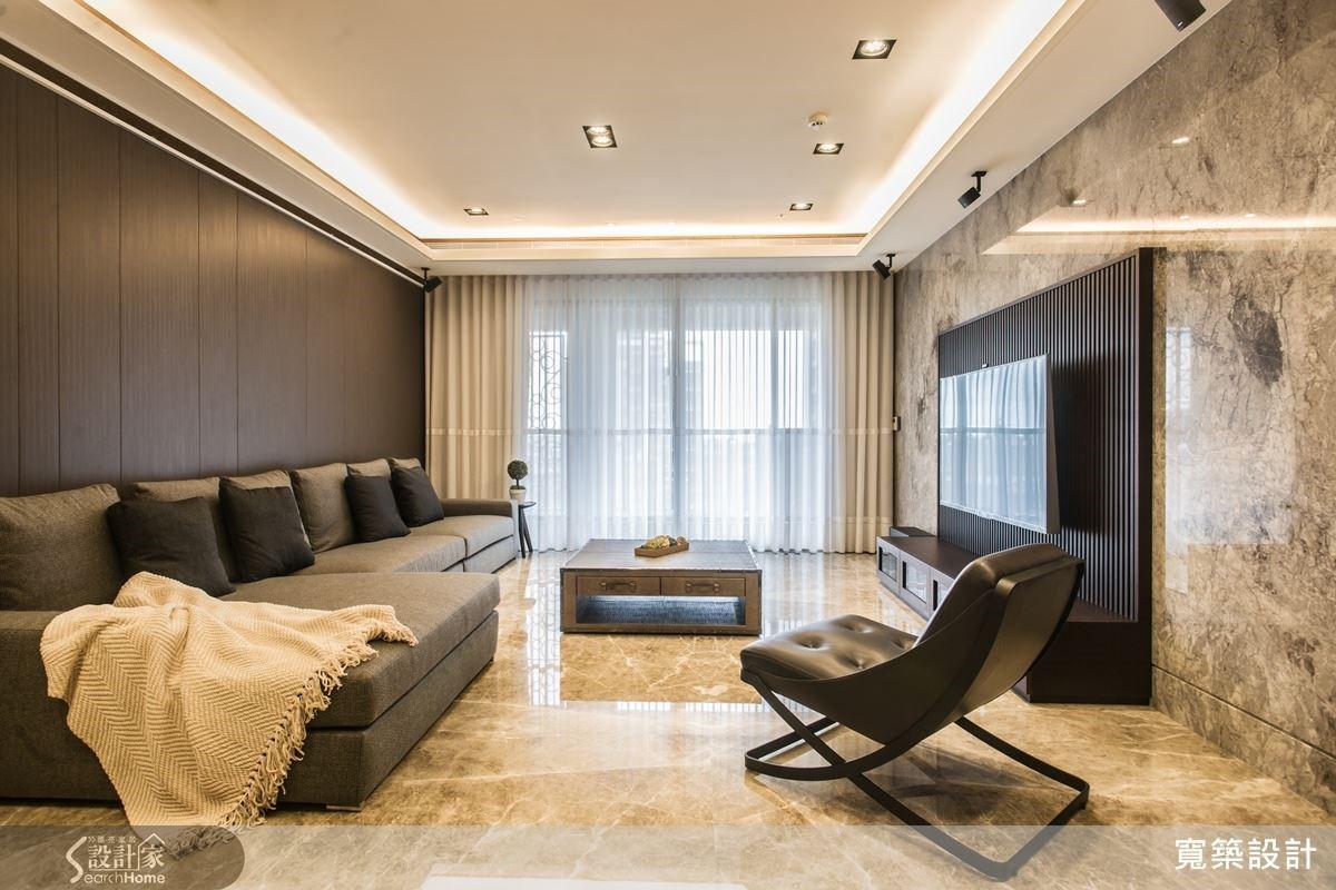 天花板投射光源與間接光,配合質感良好、紋理獨特的大理石,使空間因此富有立體層次;家具也呼應大理石的色調採用中性色佈置,精準演繹沉穩簡約的現代風格。