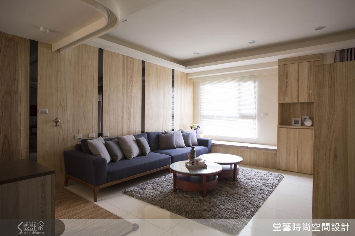 將原本臥房空間釋放出來後,放大公共空間的尺度,視覺也因自然光的引導,感受到客廳的寬闊明亮。