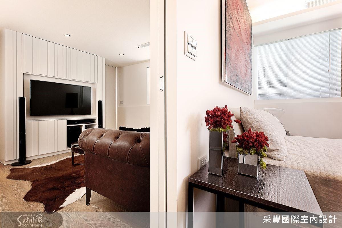 小坪數每 1 公分都要計較,客廳與臥室利用拉門隔開,節省空間。