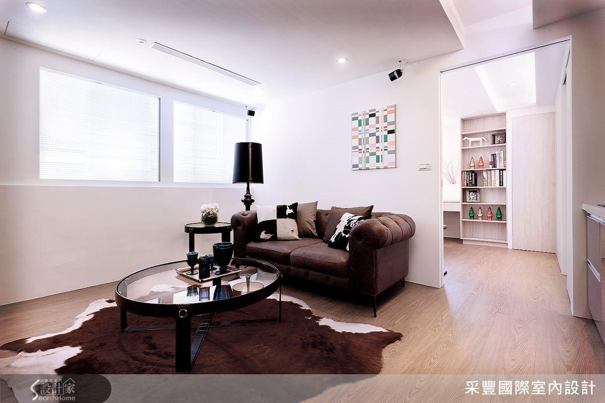 10 坪愛的小窩享受自然光洗禮,客廳面積 4 公尺× 4 公尺,一點兒也不覺得侷促。