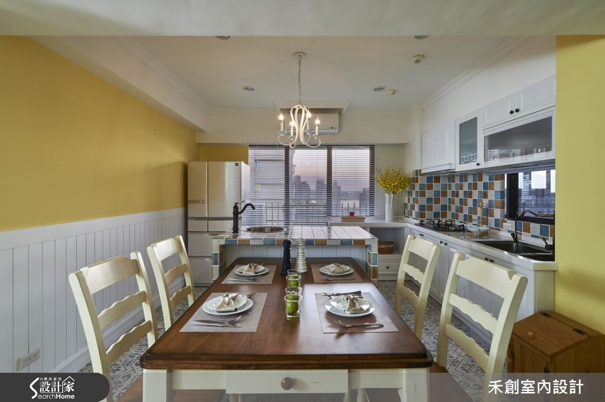 改造過的廚房以鵝黃色調好溫馨,還看得夕陽景色。