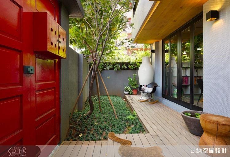 紅色的木門內有著綠意盎然的風景,構成自然而愉悅的視覺饗宴。