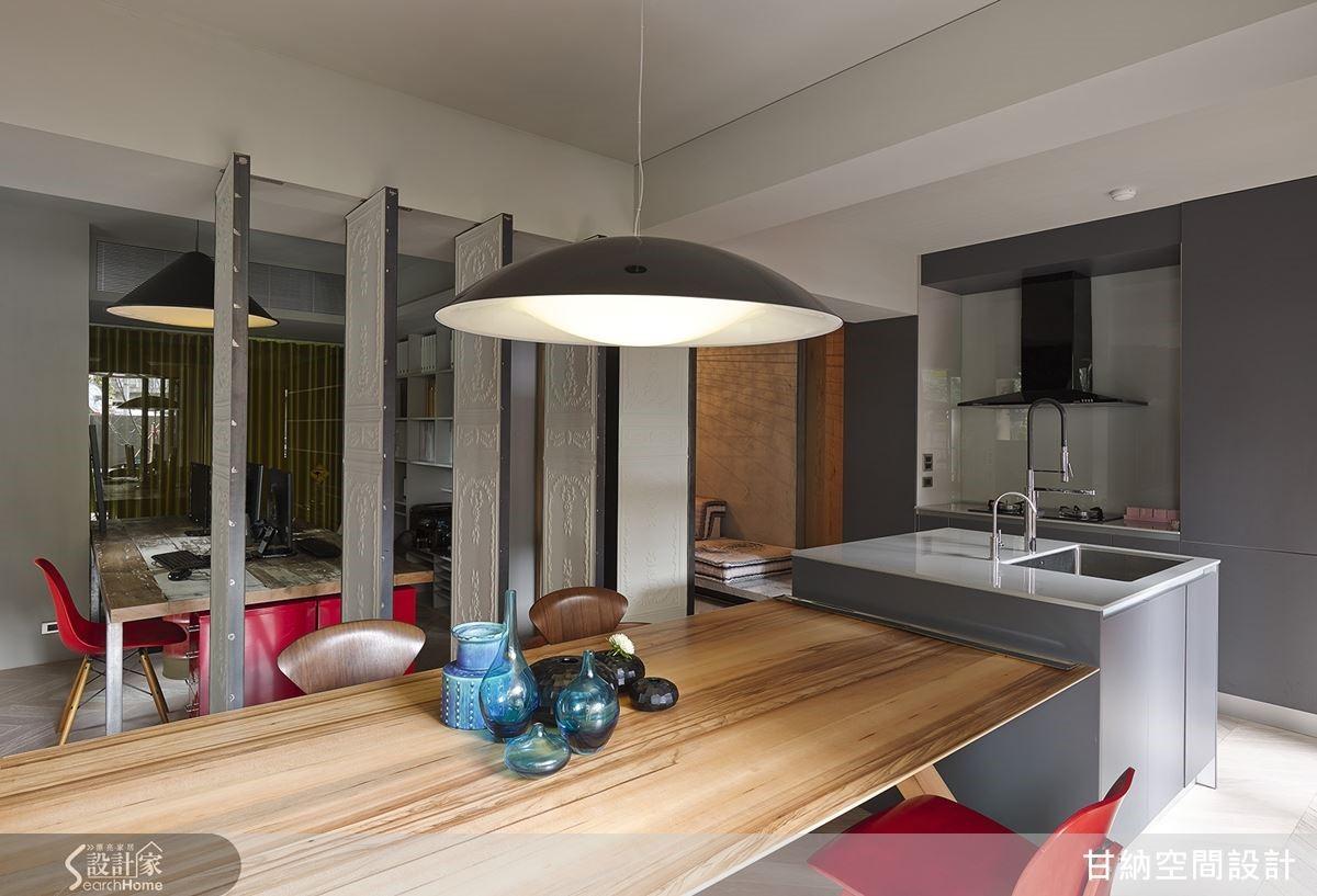 空間大致分為前中後三段,並分別以旋轉門片與清玻璃區隔,讓16坪空間也能擁有舒心寬敞的視野。