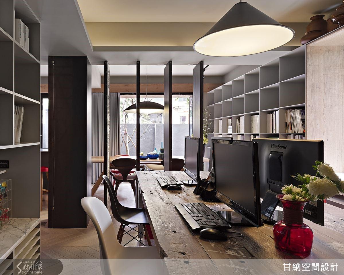 當空間保持開放時,室外陽光也能進駐後方工作區,讓設計者的創作靈感能在溫柔的陽光裡孵育成形。
