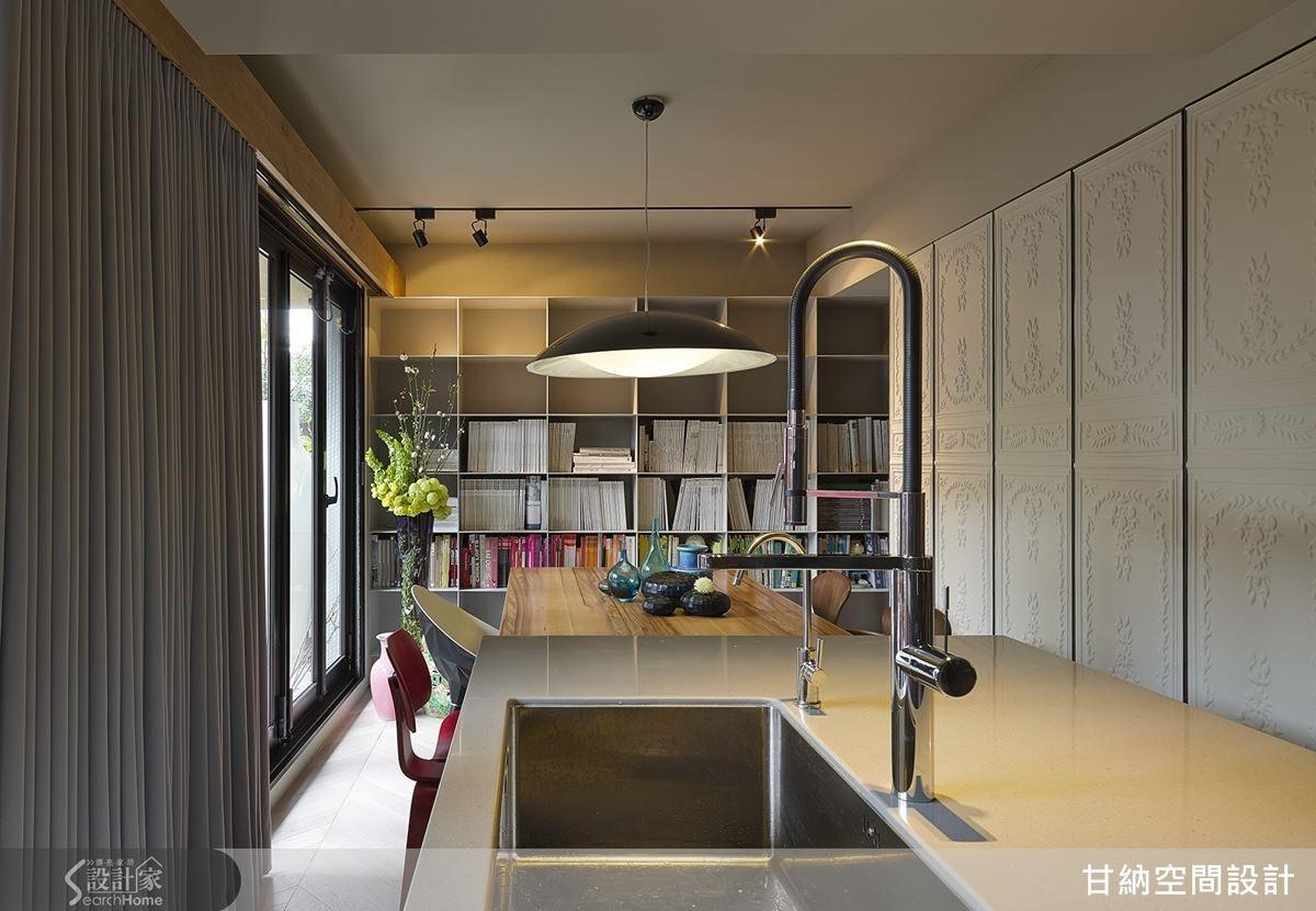 簡單的中島流理台可以滿足輕食料理機能,讓工作室就像溫馨的家一樣。