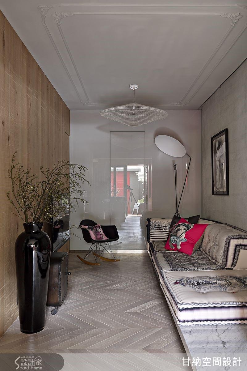 在羽翼形木地板的鋪陳下,精心挑選的蕾絲圖騰沙發為空間創造出溫柔的氣息。