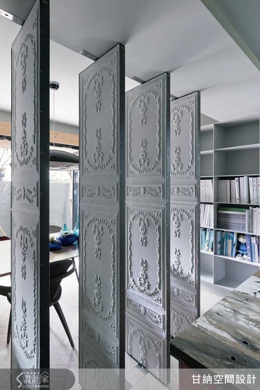 旋轉門採用法式古典浮雕壁紙,與整體的中性灰色調形成呼應,在午後陽光照拂下也顯出迷人的層次淡影。