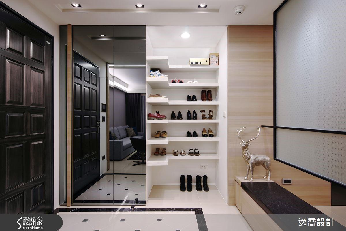 對女性而言,鞋子與衣服的收納可以說是最煩惱的問題!設計師在玄關處安排了容量充足的鞋櫃,優雅的造型設計讓擺放其上的鞋子彷彿成為一件件的藝術品,完全滿足屋主收納鞋子的需求。