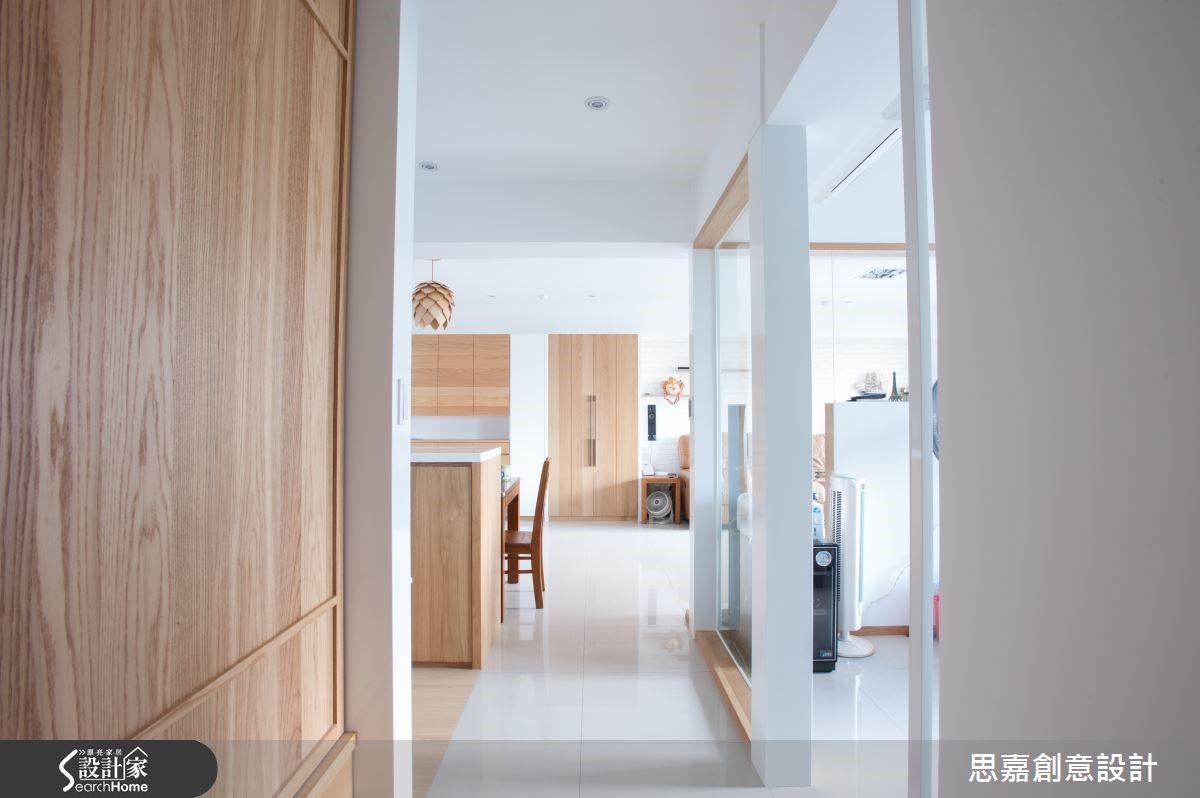 如書房的隔間框架以白色烤漆鐵件搭配木質感元素構成,讓空間具有簡約俐落的北歐風格個性。