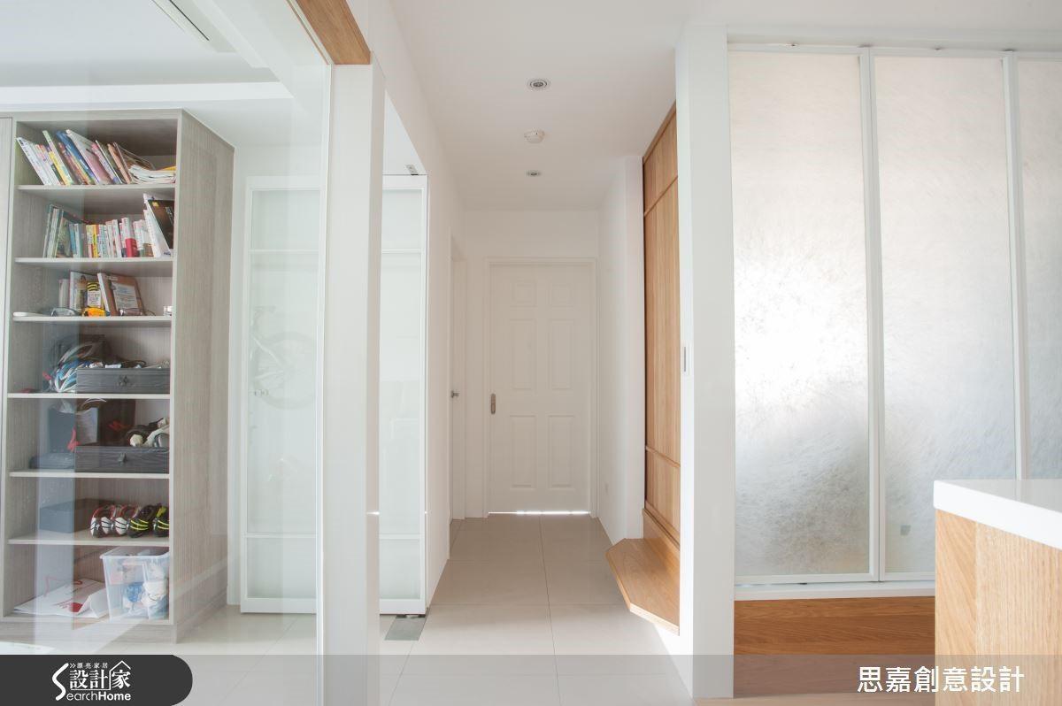 書房與和室分別以清玻璃及霧面玻璃來取代隔間牆,讓整體感更輕盈明亮。
