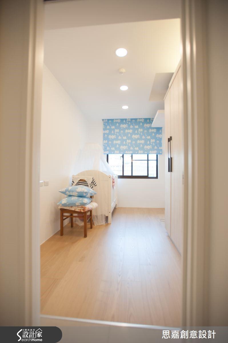 小孩房內搭配了清爽的藍天白雲拉簾,為空間創造日日晴朗的好心情。