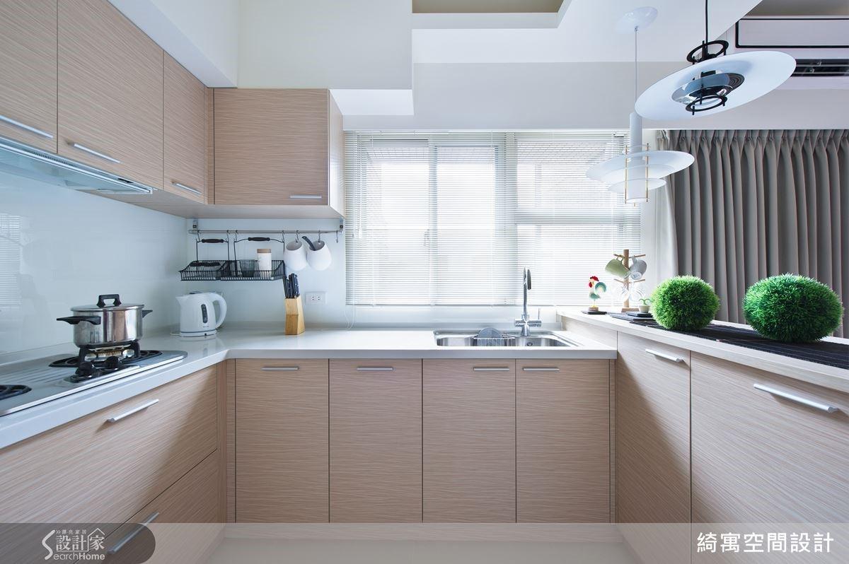 打破傳統對於廚房的油膩印象,張睿誠總監將廚房安排在採光明亮的區域,搭配清爽的色調與充足的收納機能,如此一來廚房就能夠輕鬆維持俐落整潔的樣貌,讓人能用最優雅的姿態下廚囉!