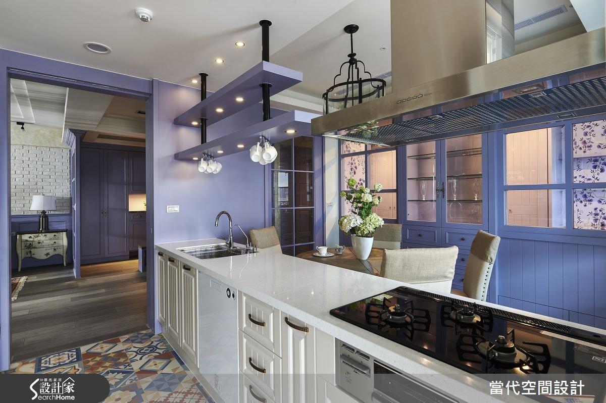 純白色的廚具在紫色的空間中更顯得夢幻迷人,搭配復古地磚舖陳的懷舊氣息,增添純樸可愛的鄉村氣息。