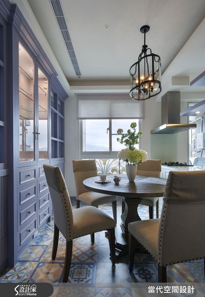 圓形的餐桌讓空間更具有圓融溫和的氛圍,上方所選用的造型燈飾更具有點亮氣氛的加分效果。