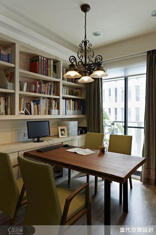 將落地窗前最好的採光區域設定為閱讀區,一張寬大的木桌加上實用的書櫃設計,讓居家空間展現北歐風文青咖啡館的獨特氣質。