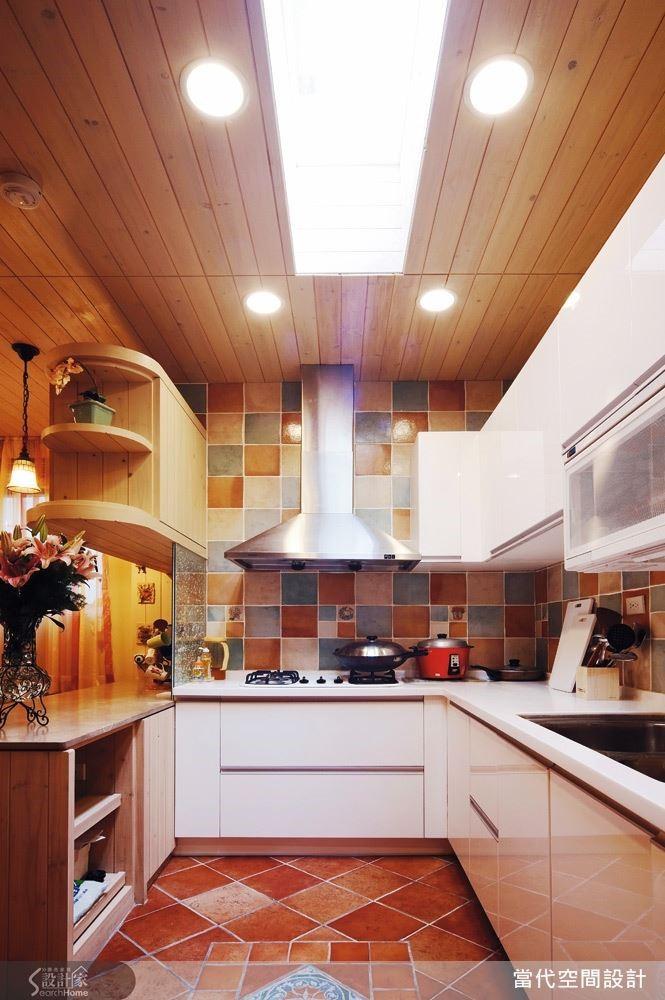 對於愛下廚的美人兒來說,廚房設計絕對至關重要!除了功能要齊全,美感當然也不能少。利用色彩繽紛的石磚來打造廚房的牆面與地板,保證讓妳的專屬小廚房超吸睛!