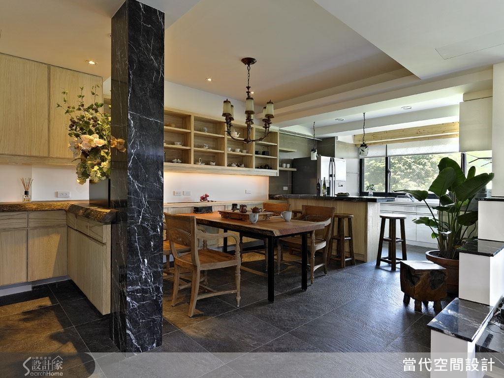 把家裡的餐桌換成具有歷史懷舊感的木質感大桌吧!再搭配幾張寬大樸素的原木扶手椅,就能召喚出峇里島式的渡假氛圍。