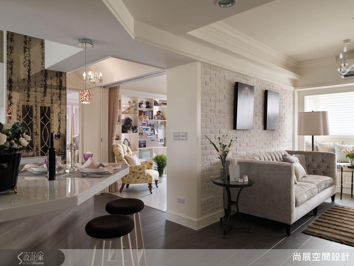 吧檯採取斜角設計,不但具有界定廚房區域的效果,同時也讓空間尺度延展開來,形成如古典樂般流暢悠揚的優美比例。